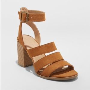 Universal thread strappy block heel sandal